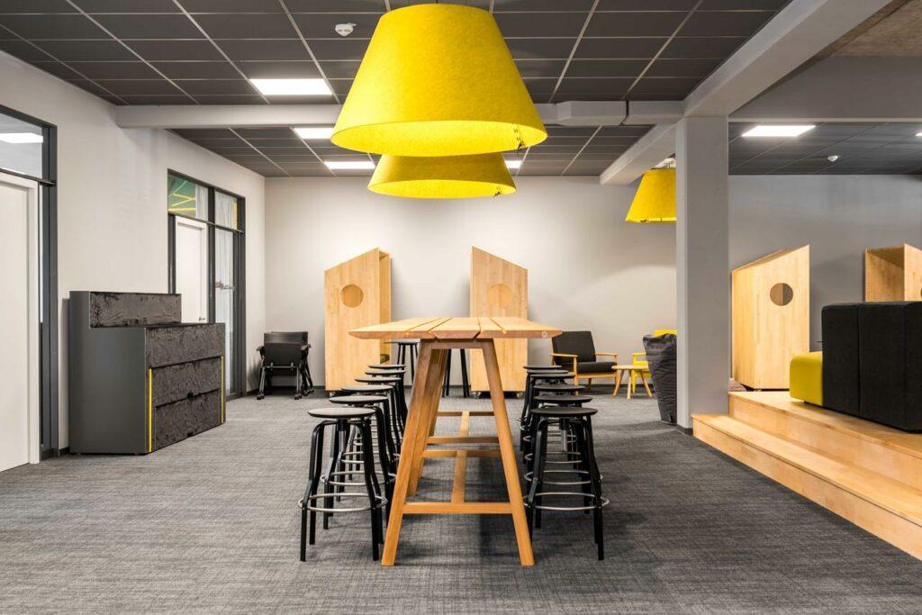 espace de travail polyvalent table reunion informelle et restauration acoustique 2